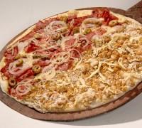 Pizza dois sabores meio a meio pasto e pizzas